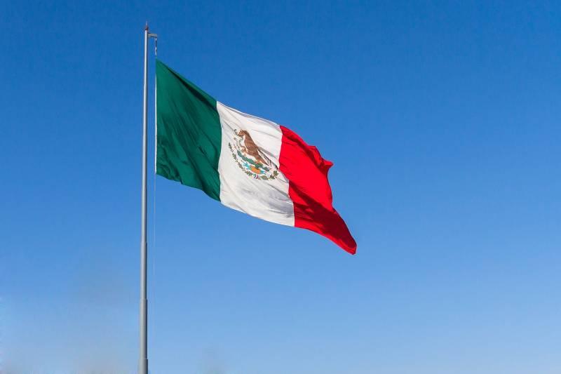 bandera mexicana ondeando